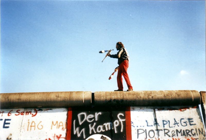 Juggling_on_the_Berlin_Wall_Yann Forget_16 nov 1989