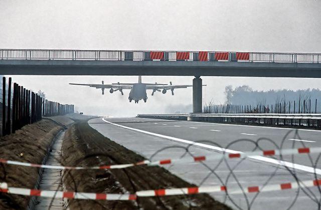 800px-hercules_c130_landing_on_autobahn1