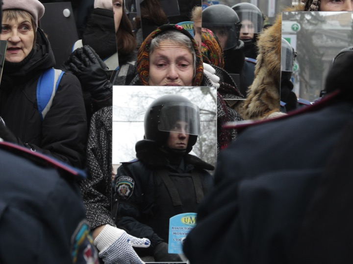 Ukraine Protesters Mirror